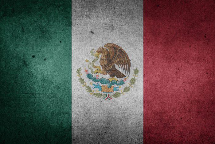 De vlag van Mexico. De adelaar met de slang in zijn snavel verwijst naar een oude Azteekse legende.