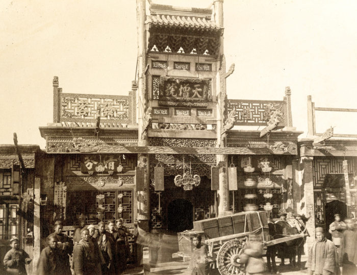 Een tabakszaak van hout in Peking, eind 19de eeuw. Thomas Child. Stephan Loewentheil Historical Photography of China Collection.
